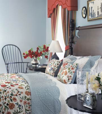 04HDT-Red and Blue Floral Traditional Bedroom