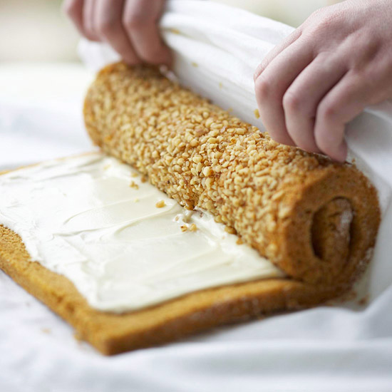 Rolling up filled cake roll using towel